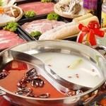 三国志 - 真ん中で二つに仕切った鍋の当店自慢の唐からしを効かせて自家製スープのマーラ紅湯とコラーゲン白湯!