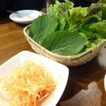 ドンドコ - サムギョプサルのサンチュ、えごまの葉など