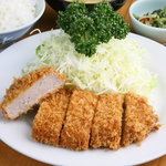 井泉 - 料理写真:昭和5年に初代が考案した「お箸できれるやわらかいとんかつ」のヒレかつ定食 ¥1800