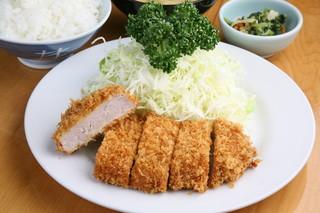 井泉 本店 - 昭和5年に初代が考案した「お箸できれるやわらかいとんかつ」のヒレかつ定食 ¥1800