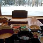 18297605 - 朝がゆ定食と窓からの雪景色