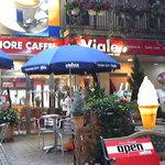 ベルフィオーレカフェ・ビアーレ - 参道側の入口とカフェテラス。天気のいい日はこちらで食事される方も多いそうです。