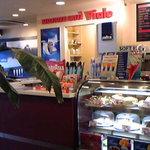 ベルフィオーレカフェ・ビアーレ - カウンター。注文はここでします。日替わりで置いてあるケーキを見るのも楽しいです。