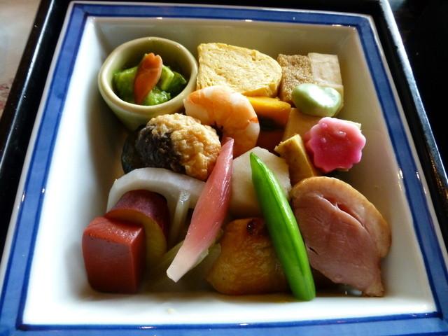 韻松亭 - 桜の葉を取ると、こんなにたくさんのお料理が入っていました♪