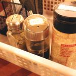 鳥料理 有明 - 調味料は、ぽんず・すりごま・胡椒です。