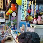 熊ぼっこ  - 熊ぼっこ 前野町店 店内 定番の熊の木彫りも置かれています