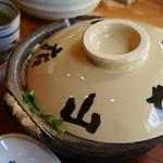 山本屋本店 - 2)味噌煮込うどんの器
