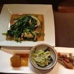 泡盛楽園 - 久々来ました。付き出しとウンチェー(空心菜)のオイスターソース炒めとオリオン生で、ようやく晩御飯。