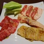 焼肉 蔵元 - 肉は和牛カルビ、テッチャン、長州赤鶏もも、岩手三元豚カルビの4種類です
