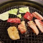 焼肉 蔵元 - 野菜がキャベツだけなのはちょっと寂しいですが、肉が色々楽しめるのはうれしいです