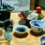 民宿 磯の味 なこら - 左手前は「亀の手」という貝です。左奥の皿に沢山盛られています。とても美味しい貝で、夢中でしゃぶりついてました。