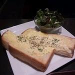 カフェ珈琲館 - チーズトーストに 50円でサラダset。