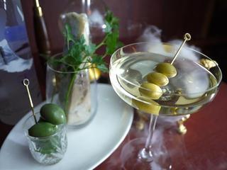 コードネーム ミクソロジー トウキョウ - 【Blue Cheese Martini】 自家製のブルーチーズウォッカと貴腐ワインで作るオリジナルマティーニ