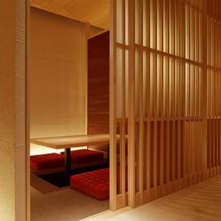木や和紙を使った落ち着いた空間。個室は4名様より。