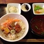 ナチュラ - 鶏の甘酢唐揚げ丼880円一汁三菜