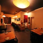 酒菜と炭 てりや - 店内テーブル10席とカウンター6席、奥に小上がり8席