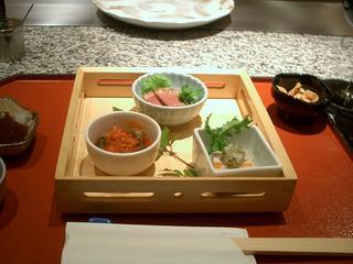 京橋デュッセル - 前菜3種類。鴨肉ロースのタタキ、姫サザエの旨煮、白身魚の何やら、、、。盛り付けもキレイだしお味の変化も楽しめます。黒い小鉢は、目の前で作って下さったカリッカリのガーリックチップ。