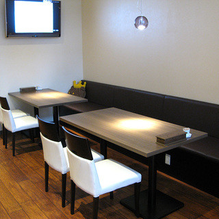 ゆったりと広いお席でお食事をお楽しみください
