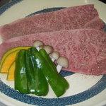 久利山 - 料理写真:特上ロース  大きいお肉をハサミでチョキチョキして、食べてください。