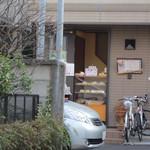 Shinopan - 普通の住宅の入口が売り場になっています。