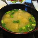 一軒露地 茶の子 - ランチのお味噌汁は玉葱と揚げのたっぷり入ったお味噌汁です・