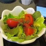 一軒露地 茶の子 - サラダにはプチトマトが乗った色鮮やかな野菜サラダ。