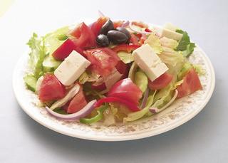 スパルタ - ギリシャ田舎サラダ、ドレッシングを使わず、野菜だけの甘みを引き出しています。