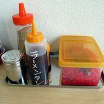 ラーメン亭すずめ - 卓上オプション、コショウとゴマと紅ショウガに替玉用のタレ