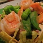 18337996 - エビとホタテとたくさん野菜の塩炒め ~さつまいものカゴの中に~