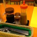 キッチンABC - キッチンABC 池袋東口店 卓上調味料類とカトラリー
