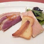 18340196 - フォアグラのテリーヌと岩手産鴨のスモーク トリフ風味のサラダ仕立て