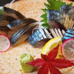 市場食堂 さかなや - 三重県産 しめ鯖と炙り鯖食べ比べ¥880