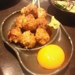 あっさり串焼 ○座 - つくね、黄身につけて食べます