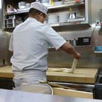 18352465 - 手延べ製麺の実演です。
