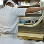18352466 - 手延べ製麺の実演です。