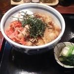 嘉路季 - スタミナ丼(豚肉、温玉、キムチ)。 味噌汁とお新香が付いてくる