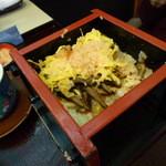 宮徳 - せいろ寿司 えび粉とタマゴの下にシイタケ。