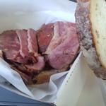 ジュニアーズ ニューヨーク - とにかくお肉が何枚も重なってボリューミー!