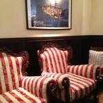 Osteria Giulia - お店の入り口の可愛い椅子♪