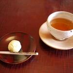 Sekiyou - お着きの生菓子と明日葉茶