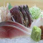 中州 しか野 - 鯖と鰹と鯛のお造り。                             ごくごくフツーに見えますが、コレもひとつひとつが美味しいです。