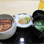 中州 しか野 - 看板メニューの鰻重を頂きます。                             ご飯はお客さんに合わせて、こだわりお米を土鍋で炊きます。                             お重で食べられるほど、量は要らなかったので、                             ミニサイズにして頂きました。