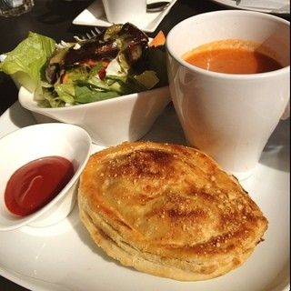 キウイ キッチン - ランチ ニュージーランド料理のお店。ステーキパイ、ローストベジタブルサラダ、トマトセロリスープ。で、1000円。
