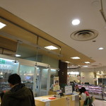 キッチン・スギモト - 手前にお弁当、奥にカウンターがあります。