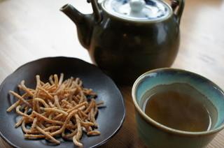 戸無のそば屋 本店 - まずは蕎麦茶と揚げ蕎麦。