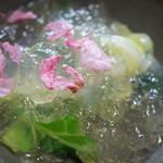 蕎麦菜 - くずきりのサラダ。キャベツの上にくずきりとゼリー。