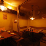 トリトリキッチン - 店内奥の手テーブル席はカーテン仕切りで半個室も可能です!