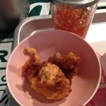 パクチー丸太町 - タイキッチンパクチーのチョイ食べメニューのハーブ風味の鶏の唐揚げにスイートチリたっぷりかけました。(13.04)