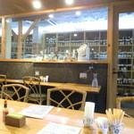 ワインハウス サノヤ - ずらーーと並んだワインが。