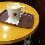 18385681 - 2人掛けテーブルでゆっくりカフェラテを